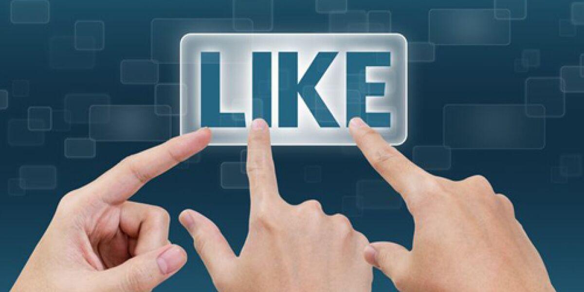 Hände klicken auf Like-Button