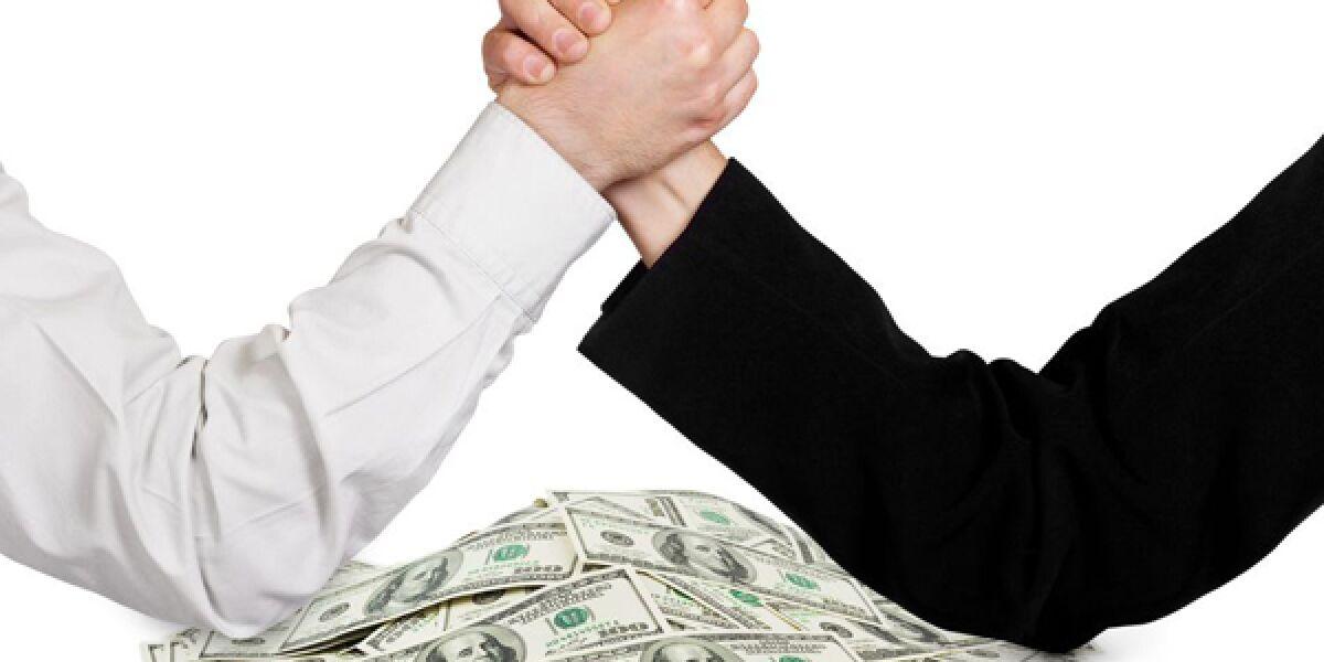 Zwei Hände mit Geldscheinen