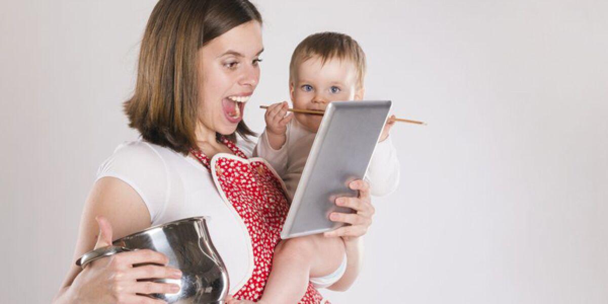Beschäftigte Mutter mit Baby, Topf und Tablet