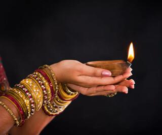 Hände tragern ein Kerzenlicht