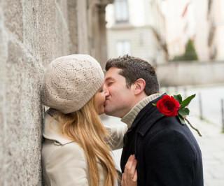 Liebespaar küsst sich