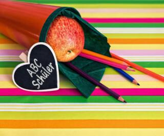 Schultüte mit Herz, Stiften und Apfel