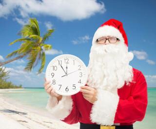 Weihnachtsmann mit Uhr am Strand