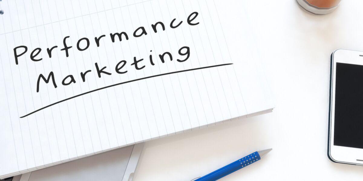 Performance Marketing steht auf einem Zettel