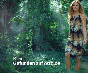 Frau im Kleid im Urwald