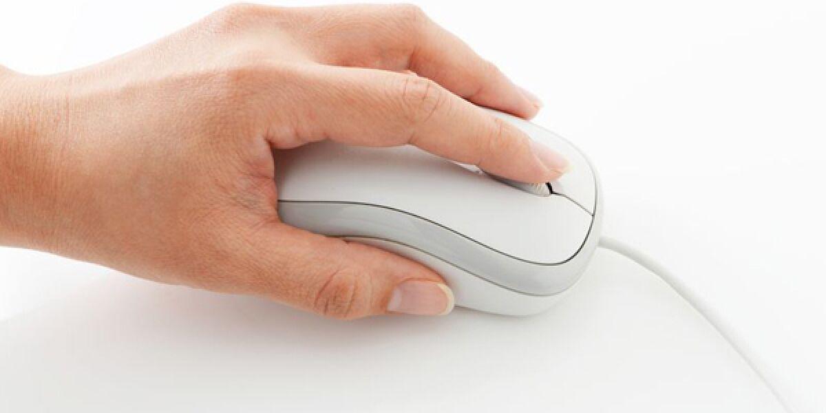 Hand auf Computermaus