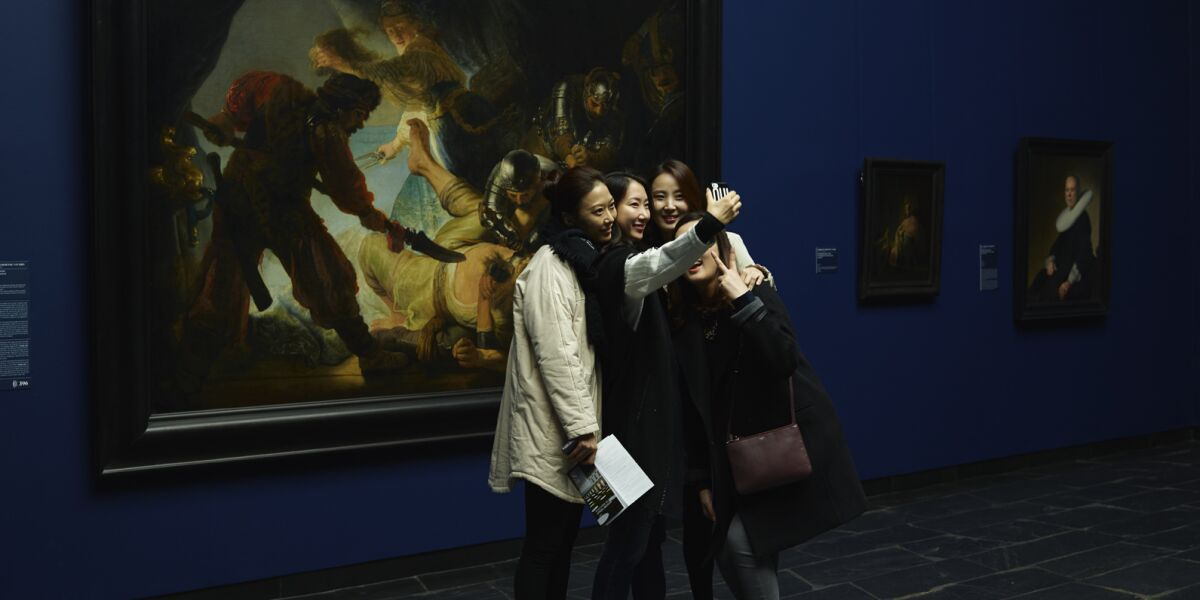Asiatinnen machen ein Selfie im Museum