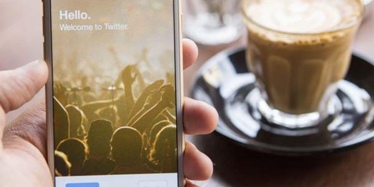 Twitter auf dem Smartphpne und Kaffeetasse