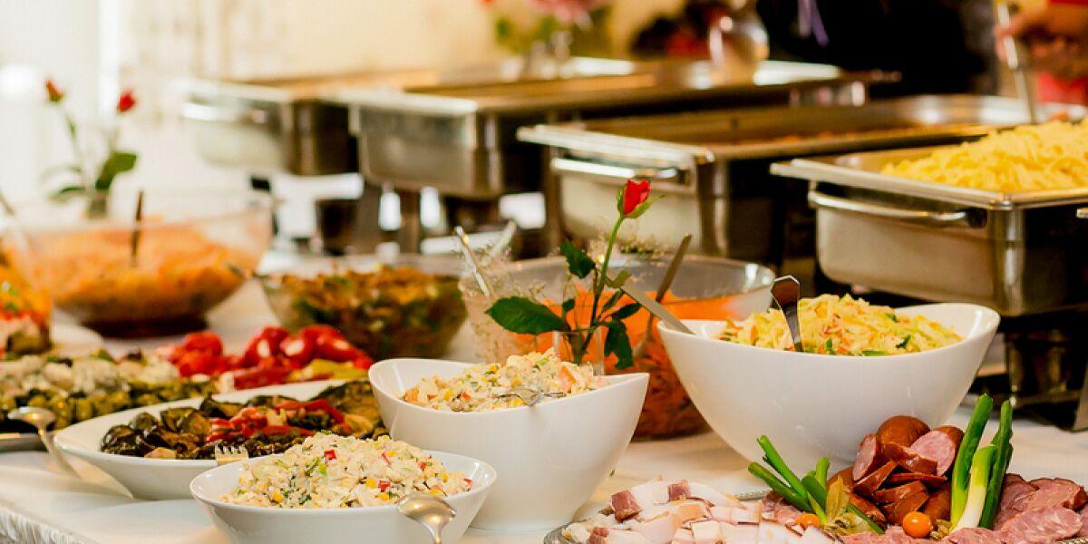Tisch mit Essen vom Catering