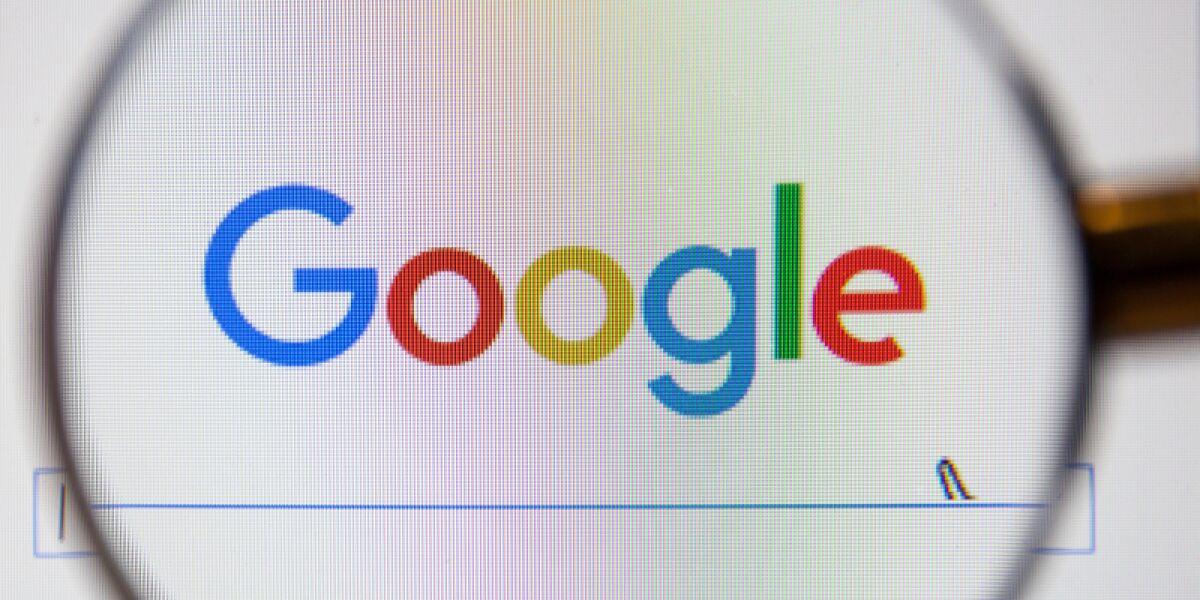 Google Logo mit Lupe