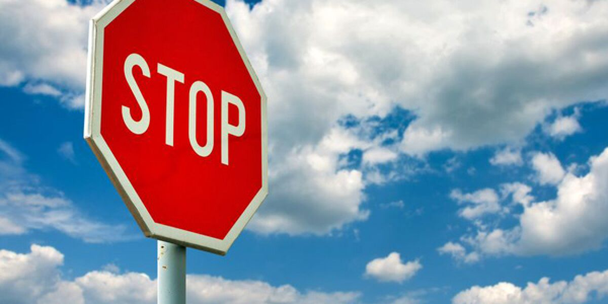 Stop Schild vor Himmel