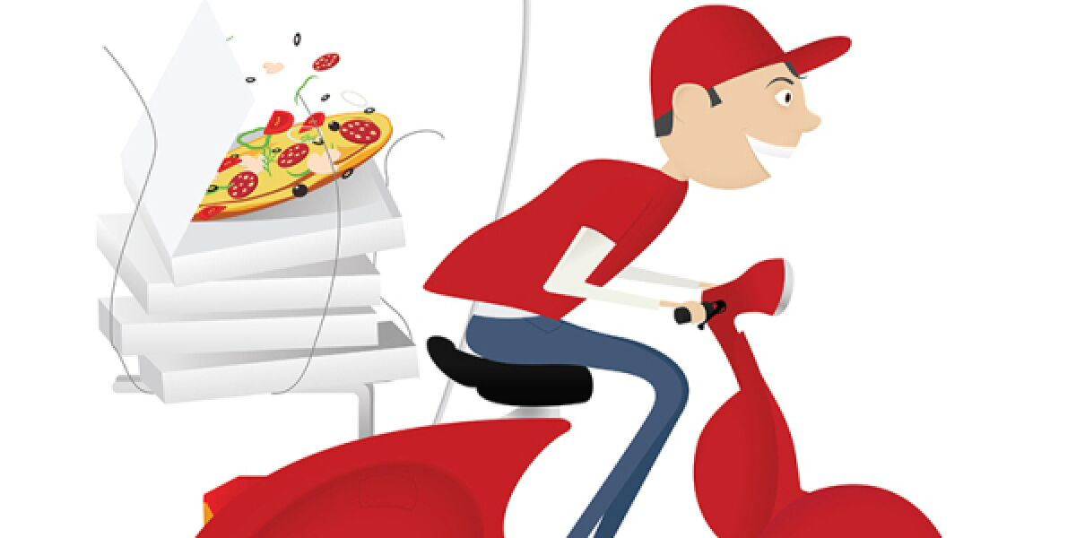 Junge auf Roller mit Pizza