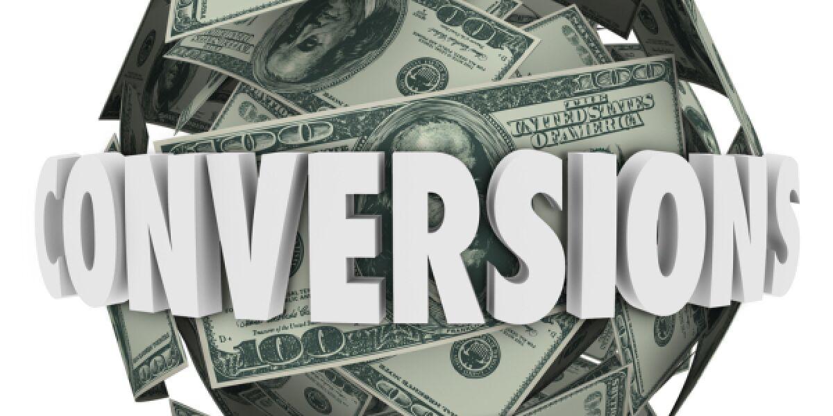 Ball aus Dollar-Scheinen auf dem Conversions steht