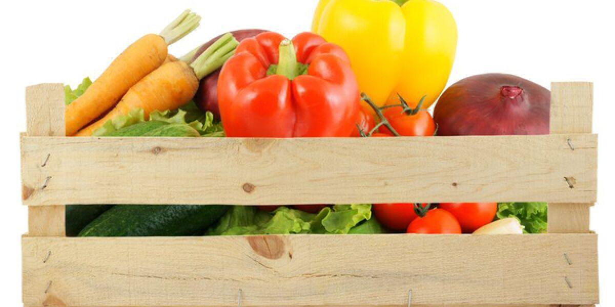 Holzkiste mit Gemüse