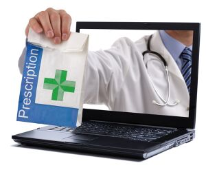 Apotheker eicht Medikamente durch den Laptop