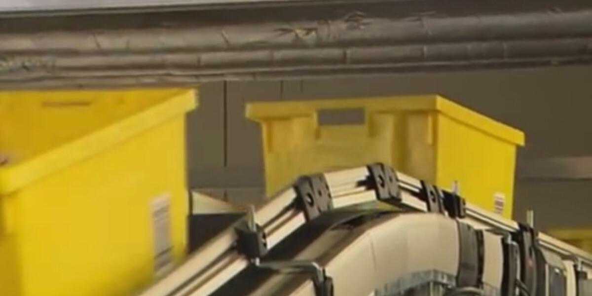 Gelbe Kisten auf dem Förderband