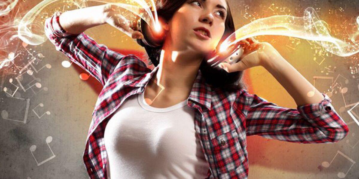 Frau tanzt zu Musik