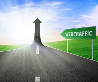 Straßenschild auf dem Web Traffic steht