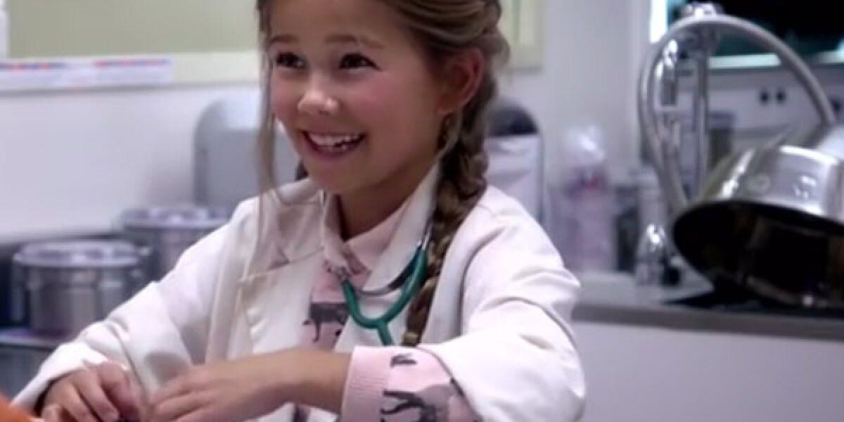Kleines Mädchen als Tierärztin