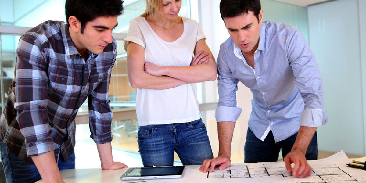 Drei Gründer bei der Planung