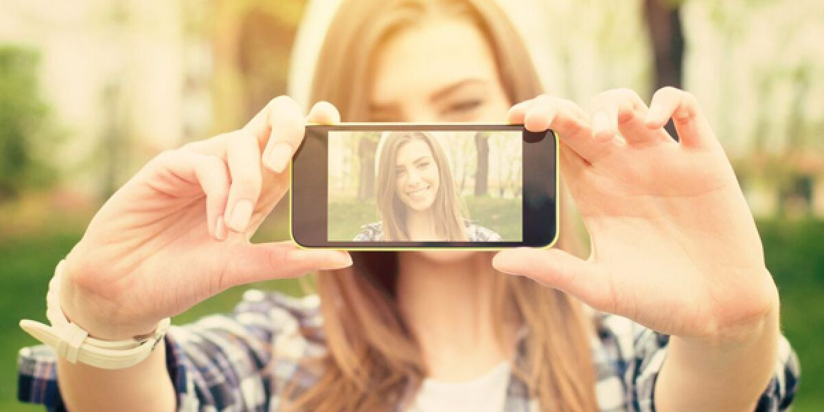 Frau macht Selfie auf dem Smartphone
