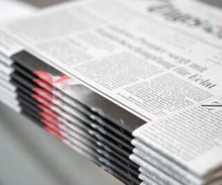 Zeitungen auf einem Stapel