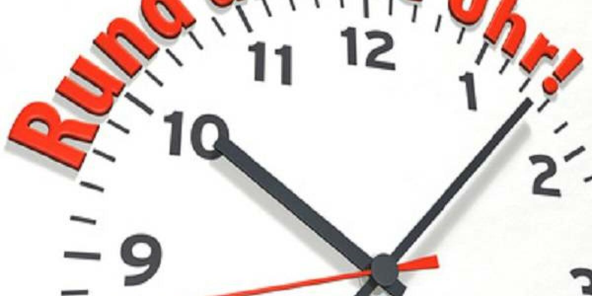Uhr auf der steht 'Rund um die Uhr'