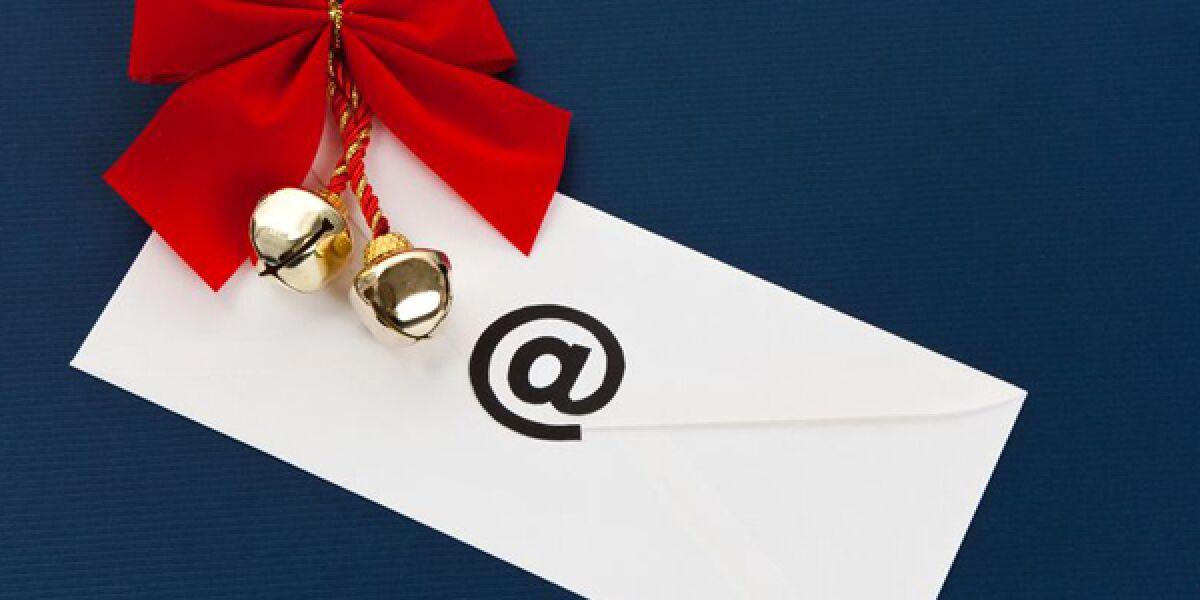 Brief mit At-Zeichen und Weihnachtsschmuck