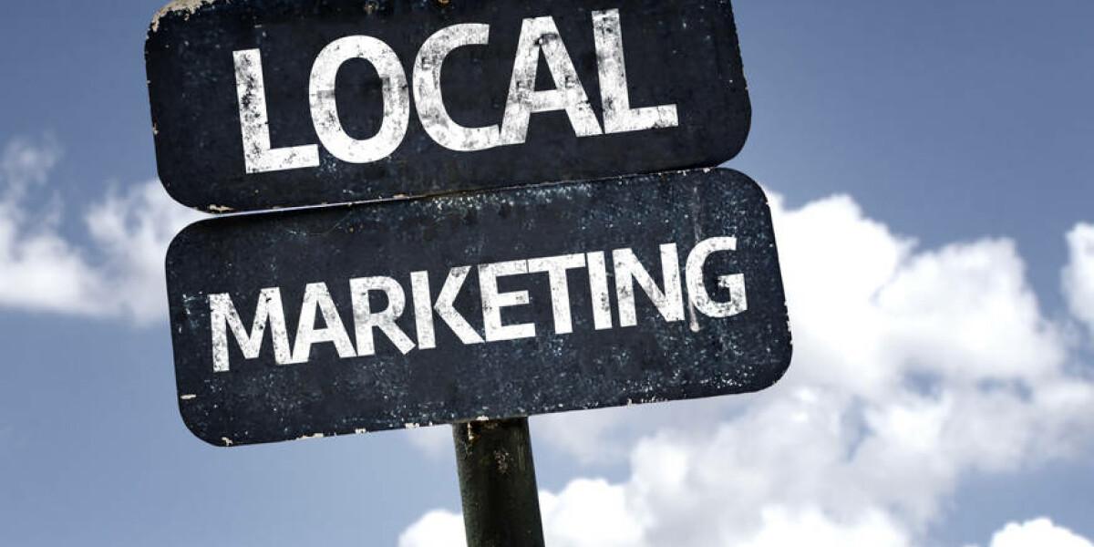 Schild auf dem Local Marketing steht