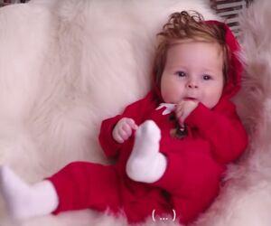 Baby im roten Strampler