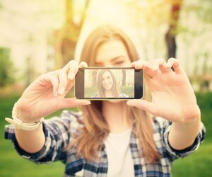 Frau macht Selfie mit Smartphone