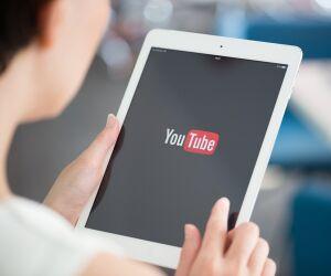 Person mit Tablet und Youtube