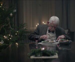 Mann sitzt allein am Tisch und isst