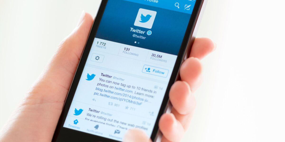 Smartphone mit Twitter-Seite auf dem Display