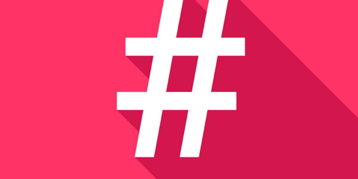 Weißer Hashtag vor pinkem Hintergrund
