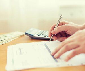 Hand schreibt Rechnung