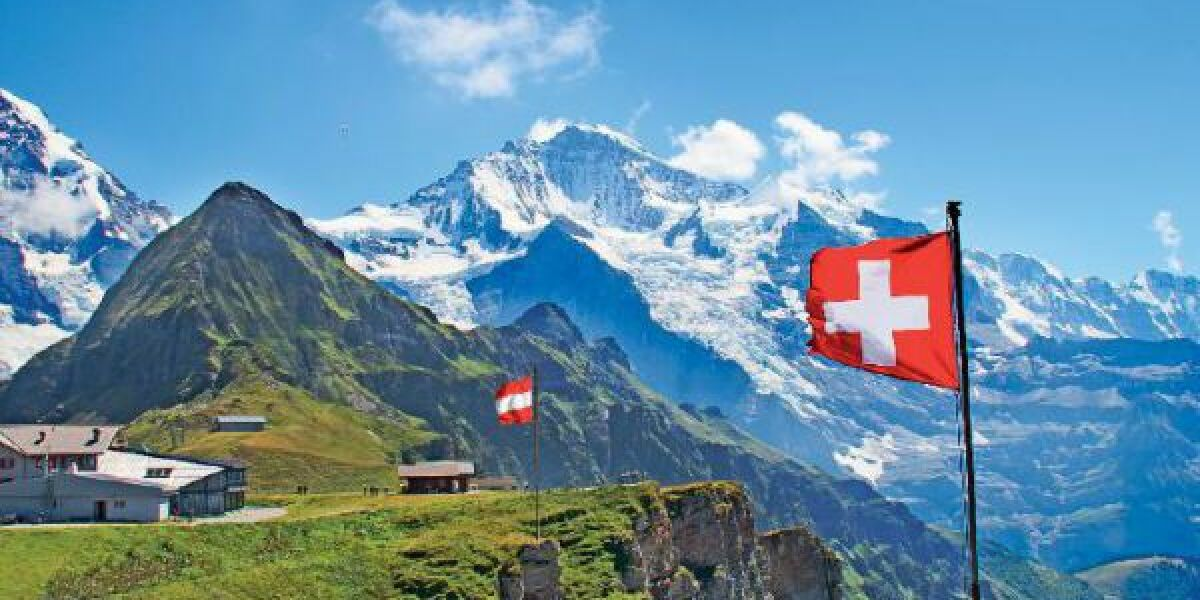 Flaggen von Österreich und Schweiz in den Alpen