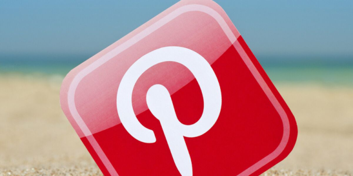 Pinterest-Logo im Sand
