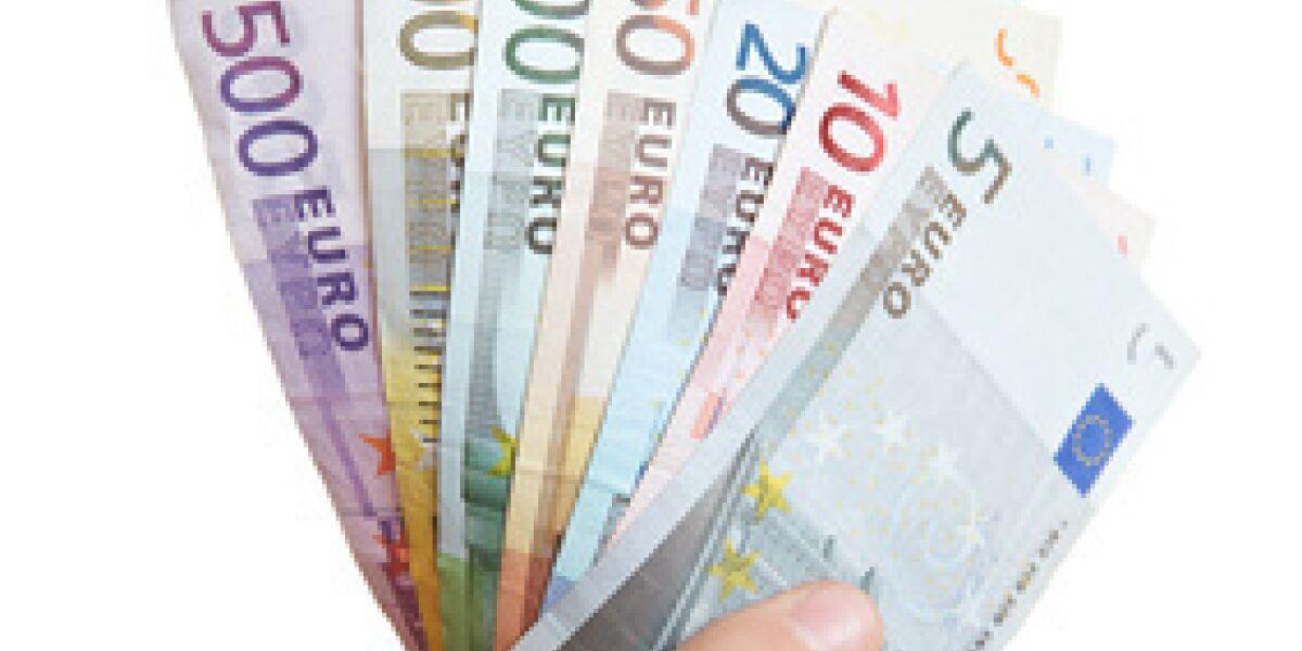 Euroscheine in einer Hand