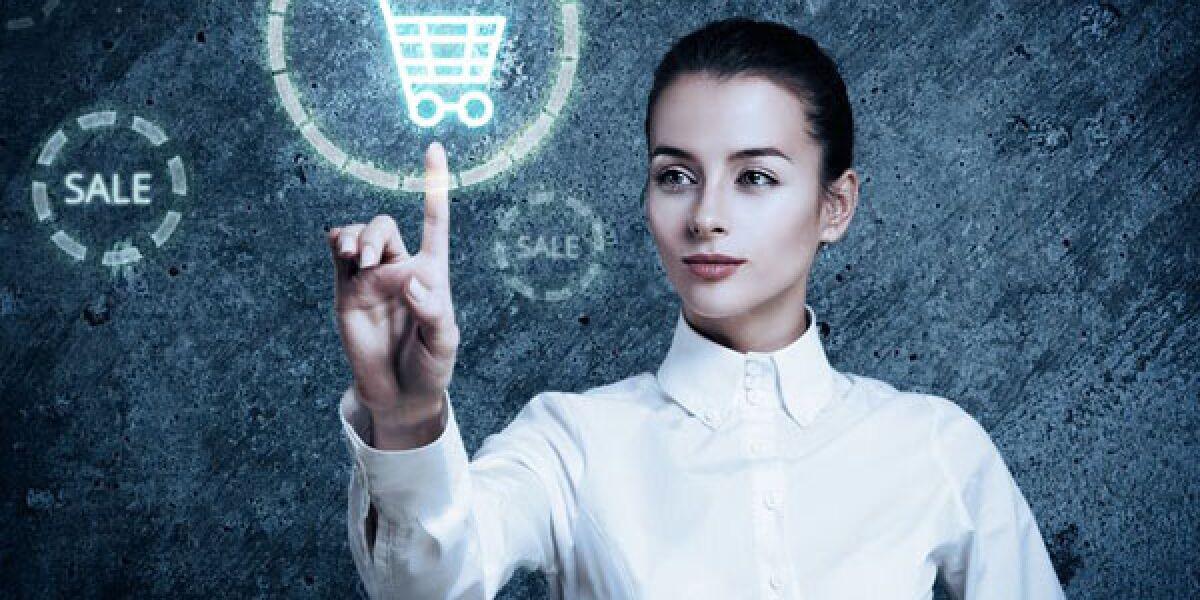 Frau tippt virtuellen Einkaufswagen an