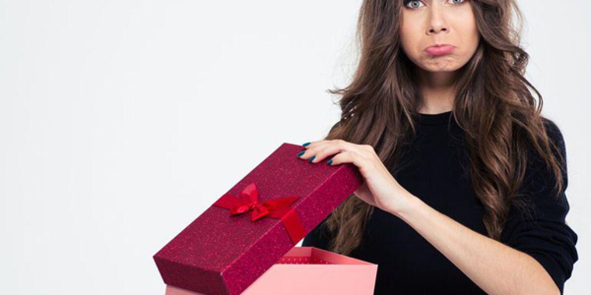 Enttäuschte Frau mit Geschenk