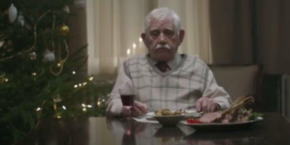 Opa sitzt am Tisch