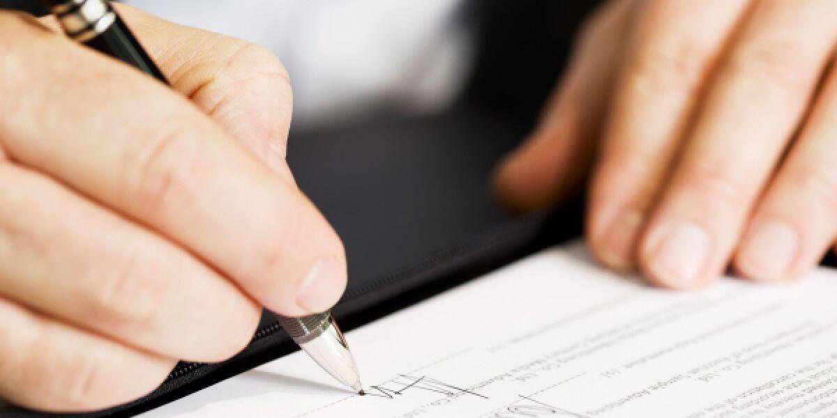 Hände unterschreiben Akten