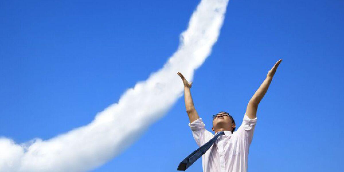 Mann mit Pfeil aus Wolken