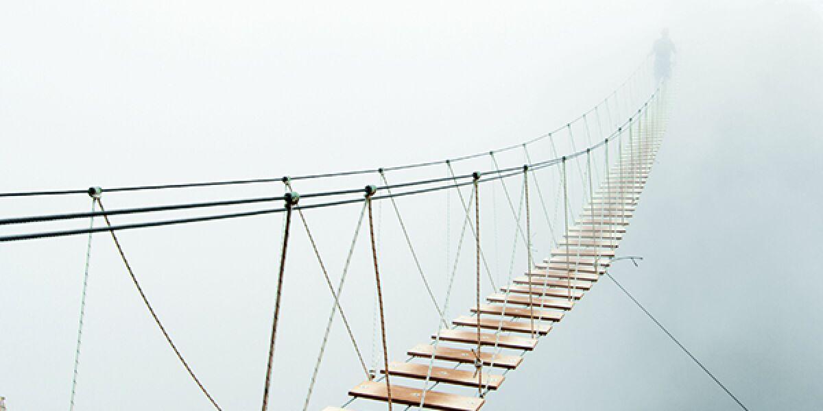 Hängebrücke im Nebel