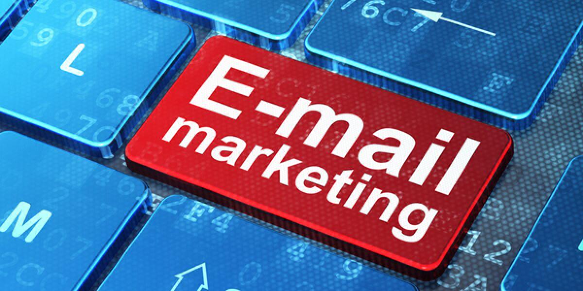 E-Mail-Marketing steht auf einer Tastatur