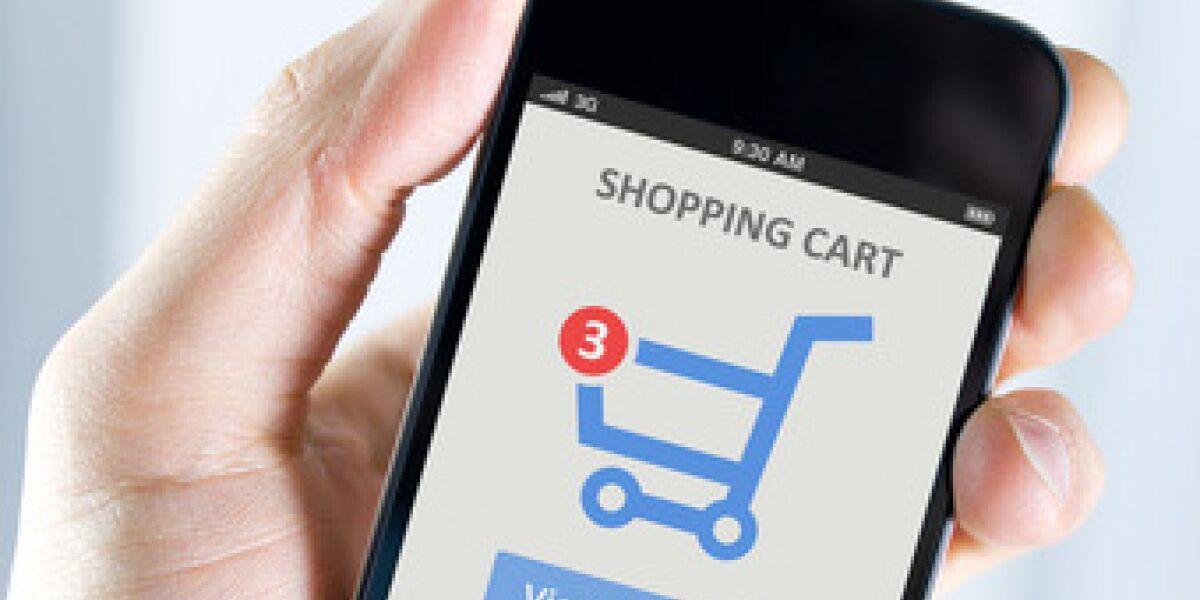 Smartphone mit einem Warenkorb auf dem Display