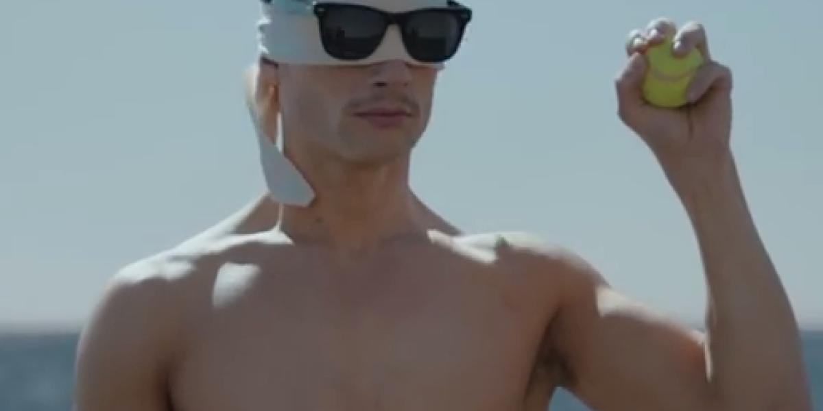 Old Spice Mann mit Tennisball und Sonnenbrille