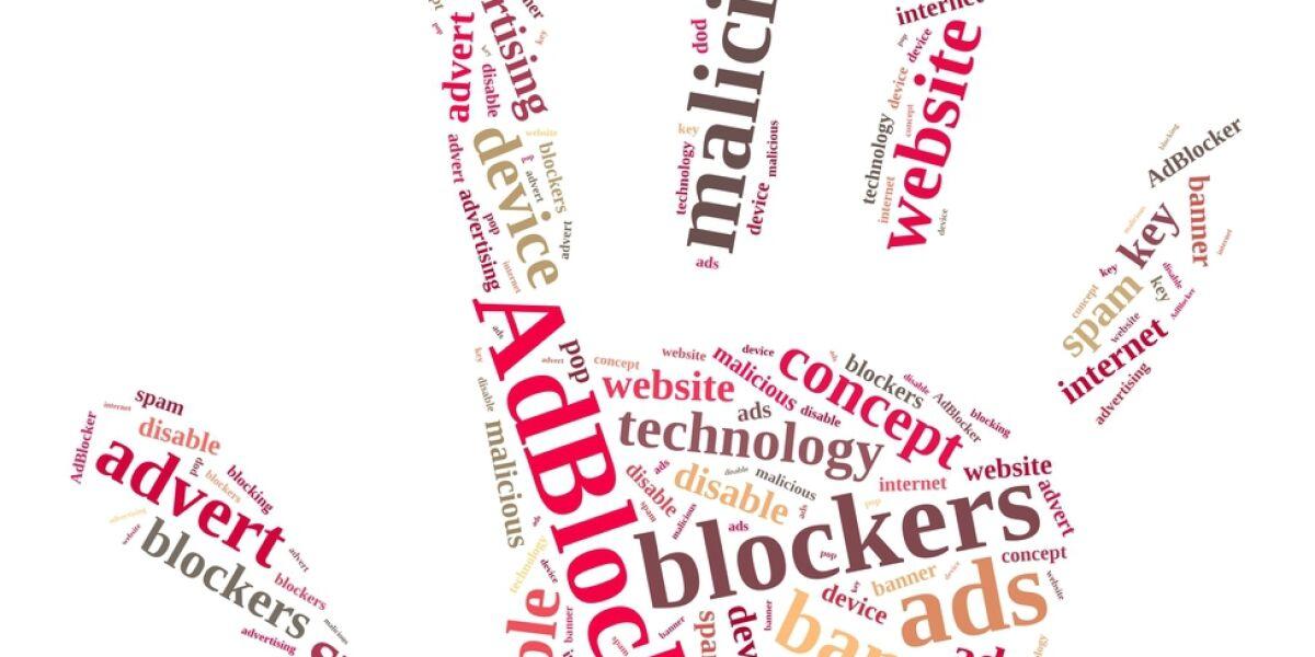 Hand mit Adblocker-Schriftzeichen