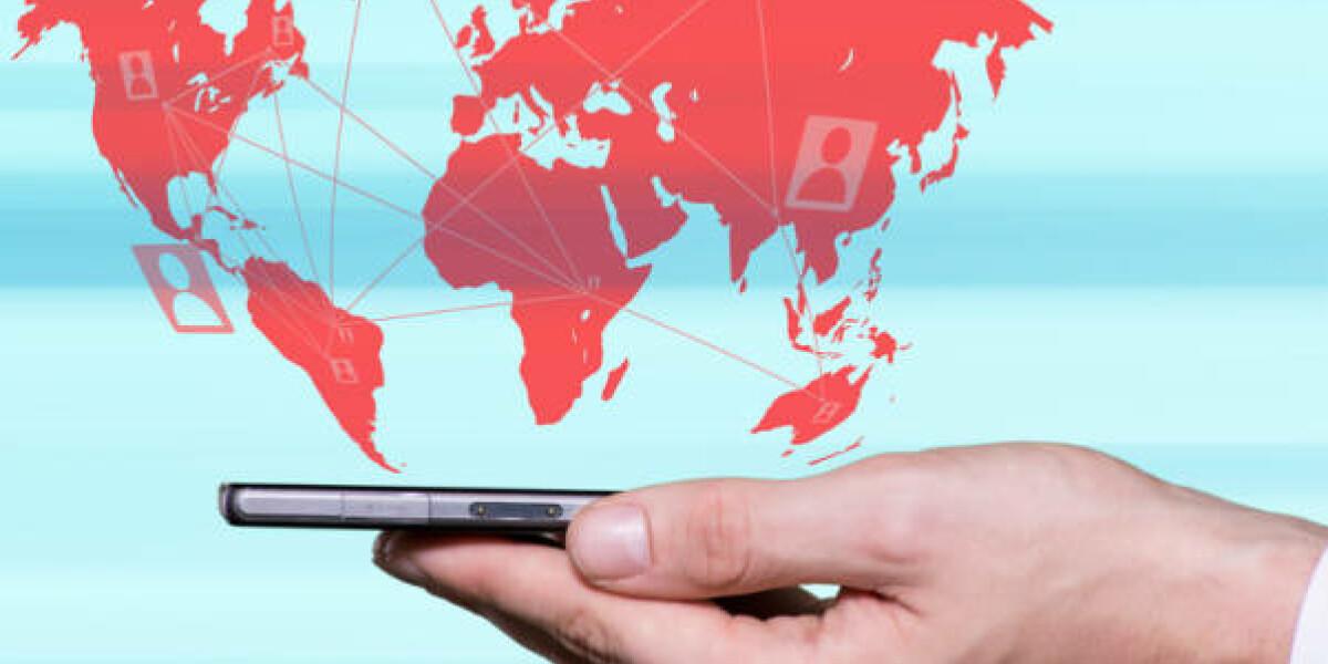 Hand mit Smartphone und Weltkarte